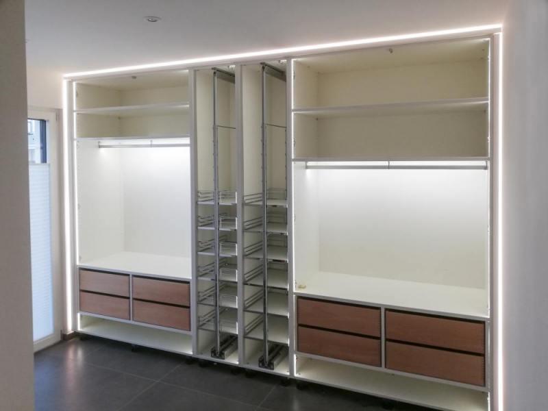 Einbauschrank-Garderobe-innen-Apothekerauszüge-Schubladen-Schattenfuge-beleuchtet13