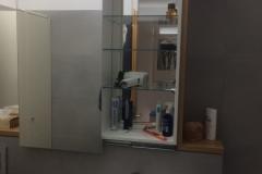 Spiegelschrank offen mit Quitscheentchen